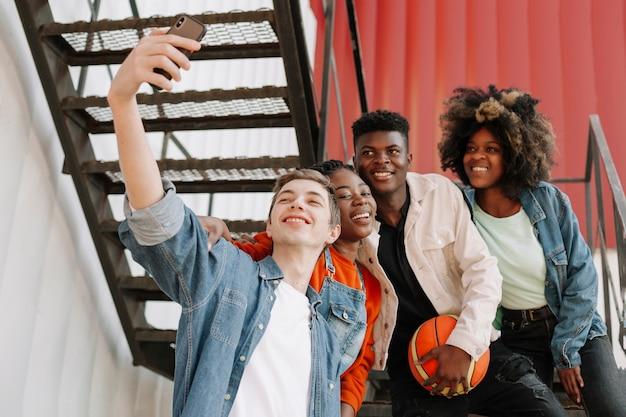 Gruppo di adolescenti che prendono insieme un selfie Foto Gratuite