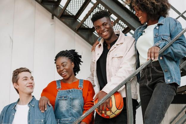 Gruppo di adolescenti che vanno in giro insieme Foto Gratuite