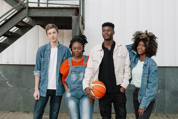 Gruppo di adolescenti in posa insieme Foto Gratuite