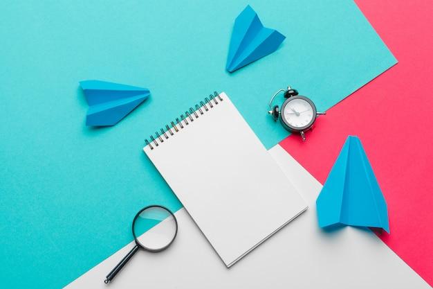 Gruppo di aerei di carta sul blu. affari per nuove idee, creatività e concetti di soluzioni innovative Foto Premium