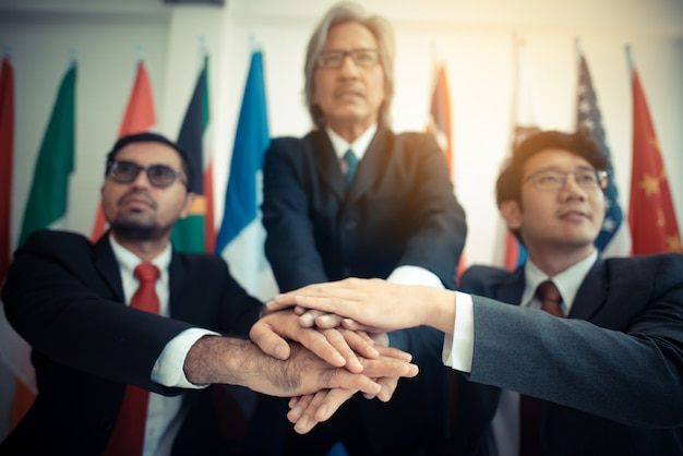 Gruppo di affari nel concetto di successo, firma dell'approvazione sui documenti, concetto di affari Foto Premium