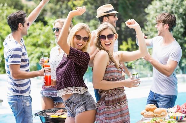Gruppo di amici che ballano alla festa barbecue all'aperto Foto Premium