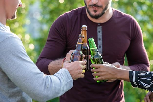 Gruppo di amici che godono di bere alcolici Foto Premium