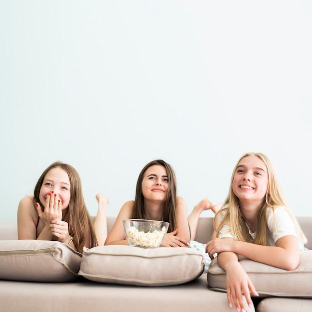Gruppo di amici che guardano un film Foto Gratuite