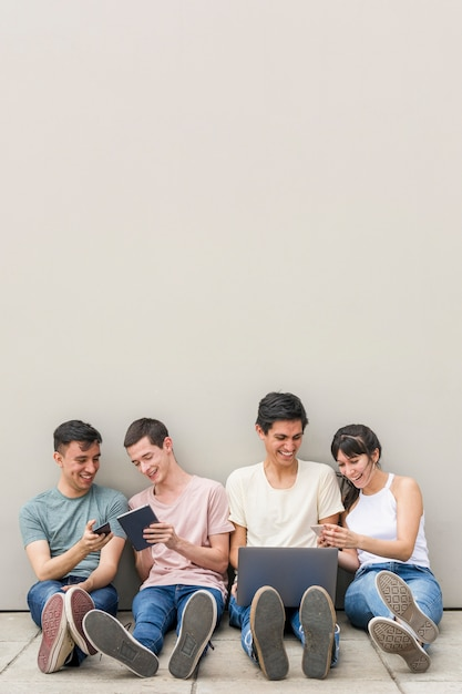 Gruppo di amici che si rilassano insieme Foto Gratuite