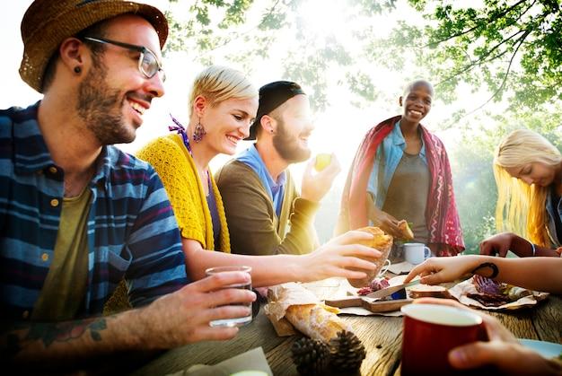 Gruppo di amici divertendosi insieme Foto Premium