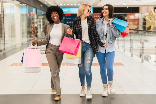 Gruppo di amici, fare shopping insieme Foto Gratuite