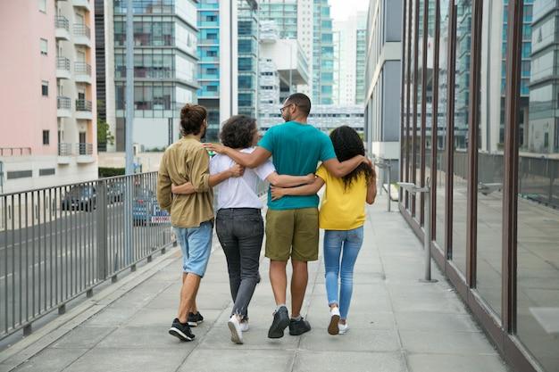 Gruppo di amici intimi che trascorrono insieme il tempo libero Foto Gratuite