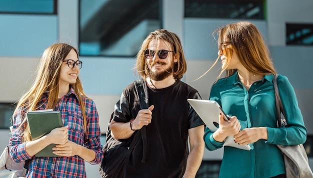 Gruppo di amici studenti Foto Premium