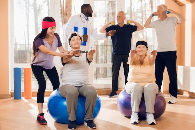 Gruppo di anziani che fanno ginnastica in una casa di cura. Foto Premium