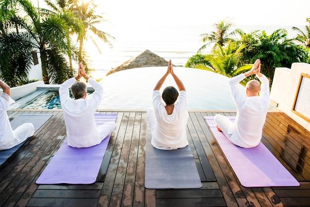 Gruppo di anziani che praticano yoga al mattino Foto Premium