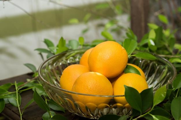 Gruppo di arance appena raccolte e sezione in un cestino Foto Gratuite