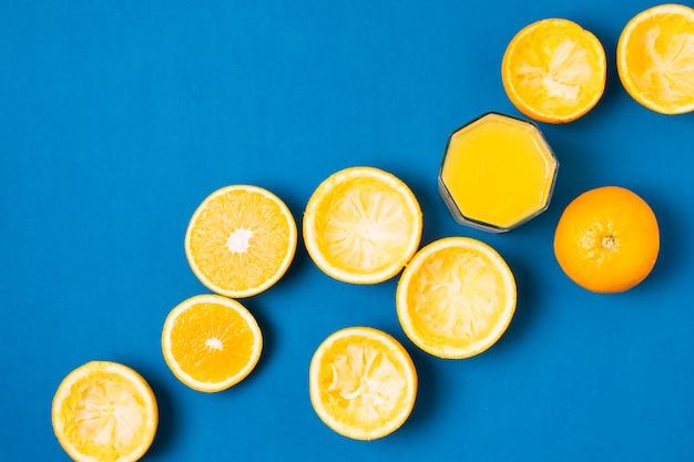 Gruppo di arance su sfondo blu Foto Gratuite