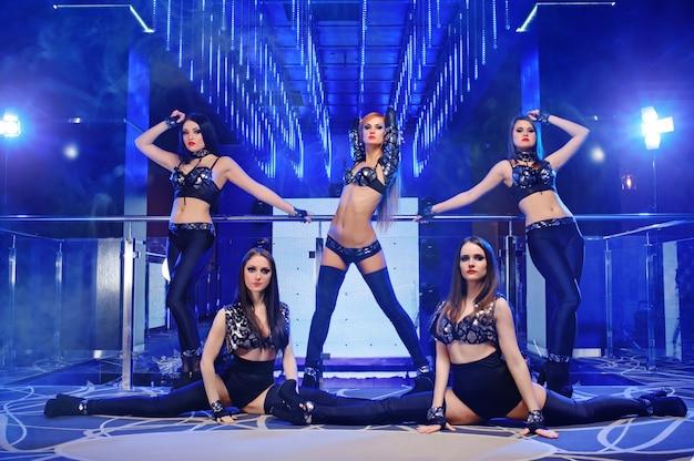 Gruppo di ballerini sexy che indossano abiti neri Foto Gratuite