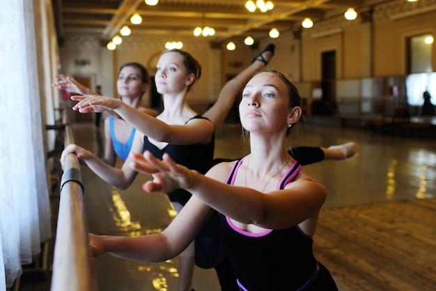 Gruppo di balletto nella classe di balletto Foto Premium