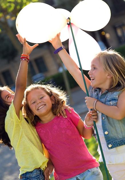 Gruppo di bambini che hanno divertimento nel parco. Foto Gratuite