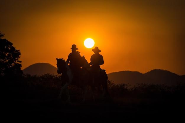 Gruppo di cowboy a cavallo. Foto Premium