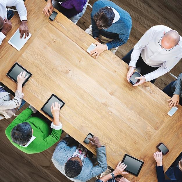 Gruppo di diversa gente di affari che usando il concetto dei dispositivi di digital Foto Premium