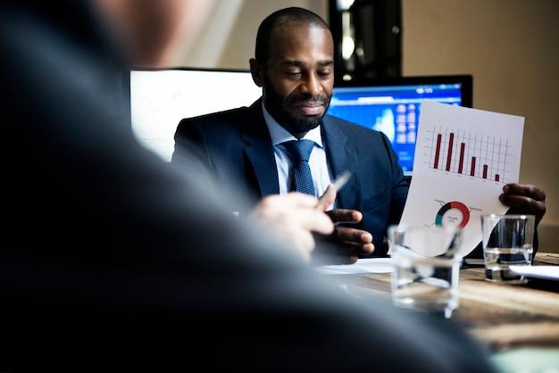 Gruppo di diversi uomini d'affari che hanno una riunione insieme Foto Premium