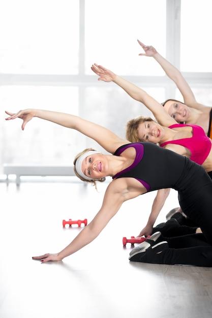 Gruppo di donne che fanno la formazione di forma fisica in classe Foto Gratuite