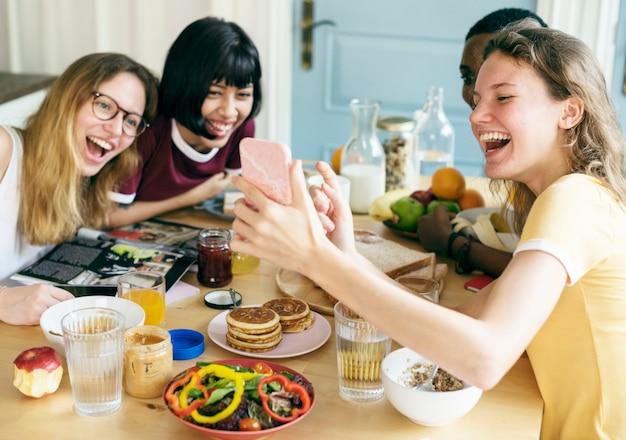 Gruppo di donne diverse prendendo selfie insieme Foto Premium