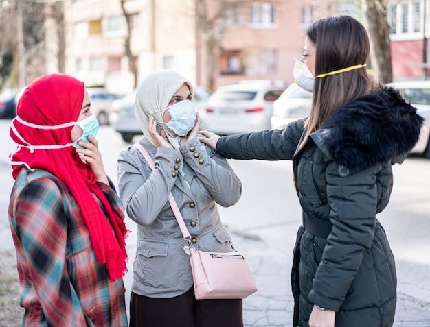 Gruppo di femmine sulla strada con maschere contro l'inquinamento Foto Premium