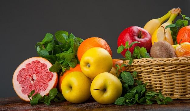 Gruppo di frutta e verdura fresca Foto Premium