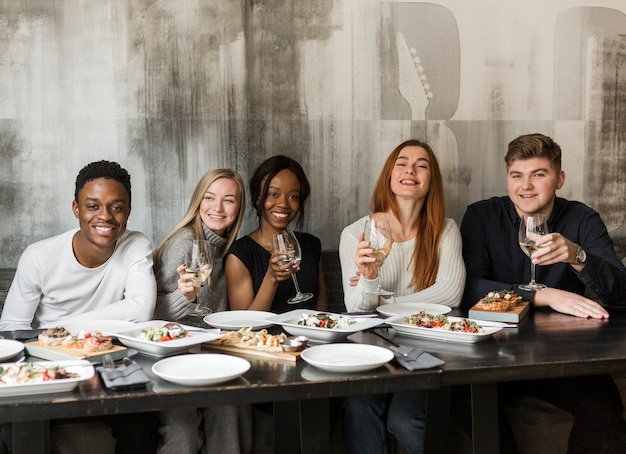 Gruppo di giovani a cena insieme Foto Gratuite