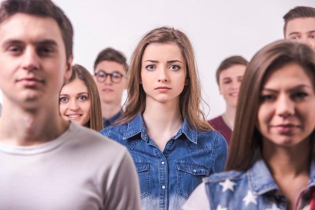 Gruppo di giovani adolescenti. isolato Foto Premium