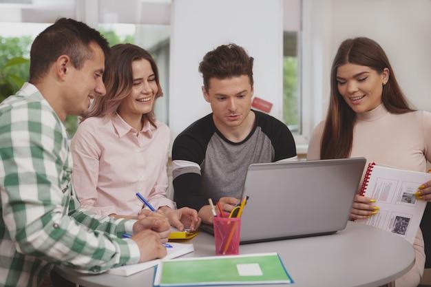 Gruppo di giovani che studiano insieme all'aula del college Foto Premium