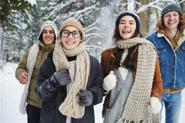 Gruppo di giovani divertirsi in vacanza Foto Gratuite