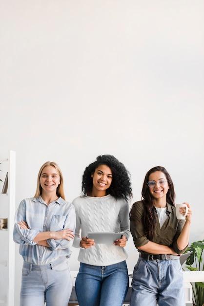 Gruppo di giovani donne che propongono insieme Foto Gratuite