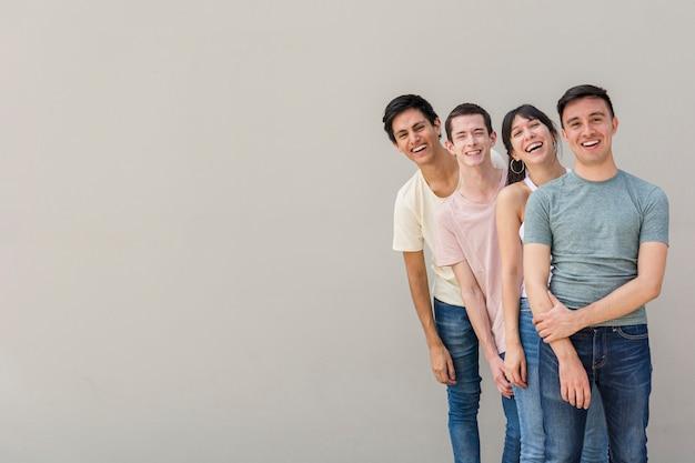 Gruppo di giovani felici insieme Foto Gratuite