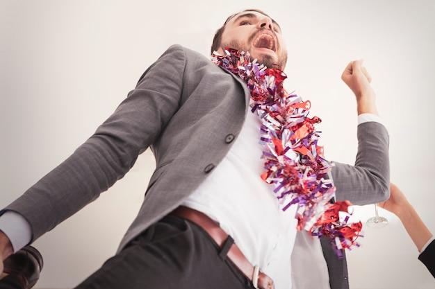 Gruppo di giovani goduti ballare alla festa in camera bianca. Foto Premium