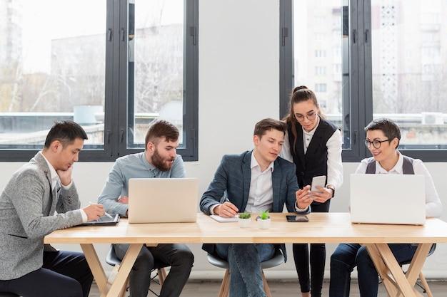 Gruppo di imprenditori che lavorano in ufficio Foto Gratuite