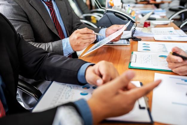 Gruppo di imprenditori maschii che discutono il progetto di gestione durante il lavoro insieme Foto Premium