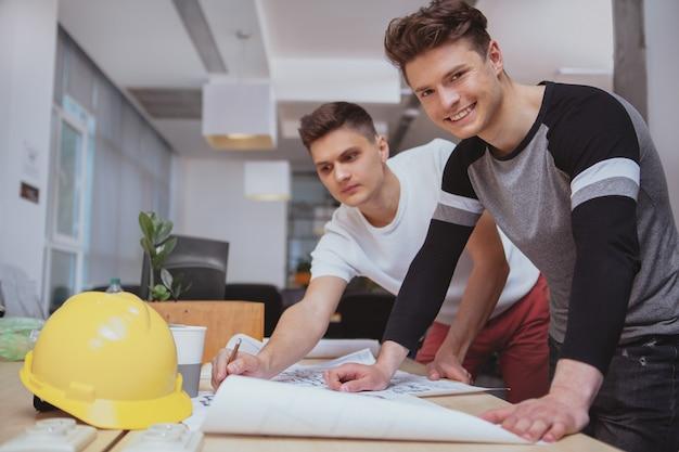 Gruppo di ingegneri che lavorano insieme in ufficio Foto Premium