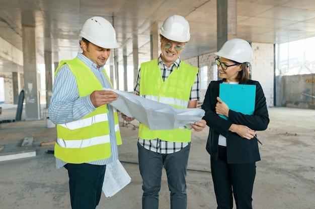 Gruppo di ingegneri, costruttori, architetti sul cantiere Foto Premium