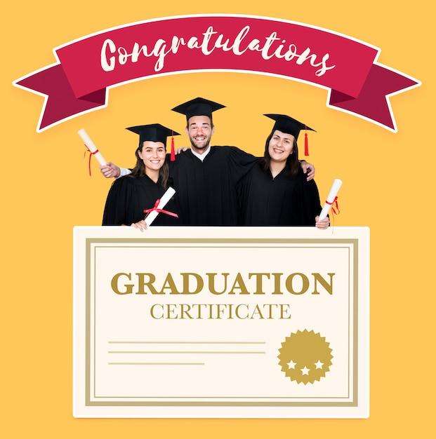Gruppo di laureati in cap e camice con certificato di laurea Foto Gratuite