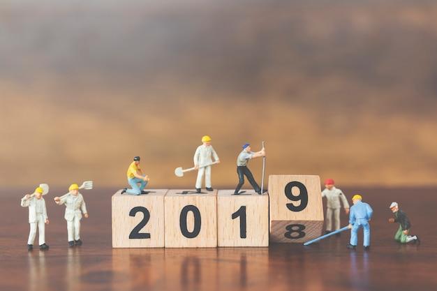 Gruppo di lavoro miniatura che coltiva blocco di legno numero 2019 Foto Premium