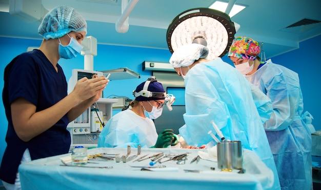 Gruppo di medici in sala operatoria Foto Premium