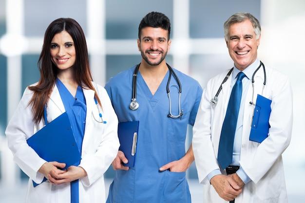 Gruppo di medici sorridenti. sfondo sfocato luminoso Foto Premium