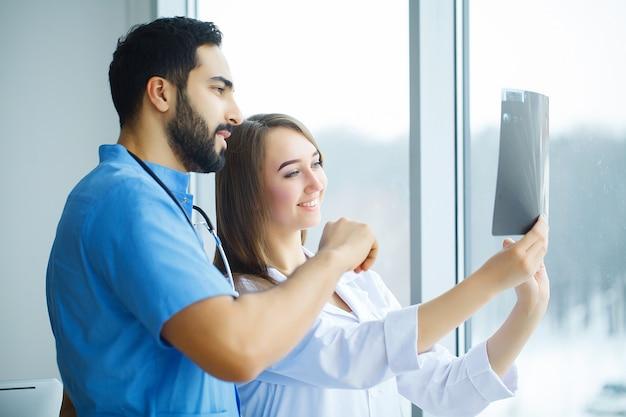 Gruppo di operatori sanitari che lavorano insieme in ospedale Foto Premium