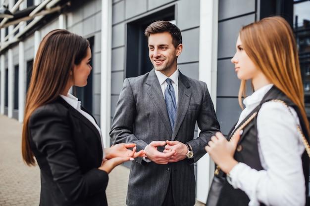 Gruppo di partner commerciali che negoziano alla riunione. Foto Premium