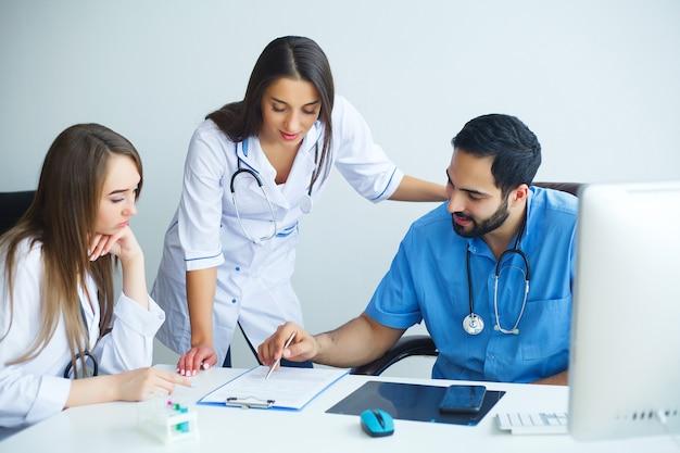 Gruppo di personale medico in ospedale Foto Premium