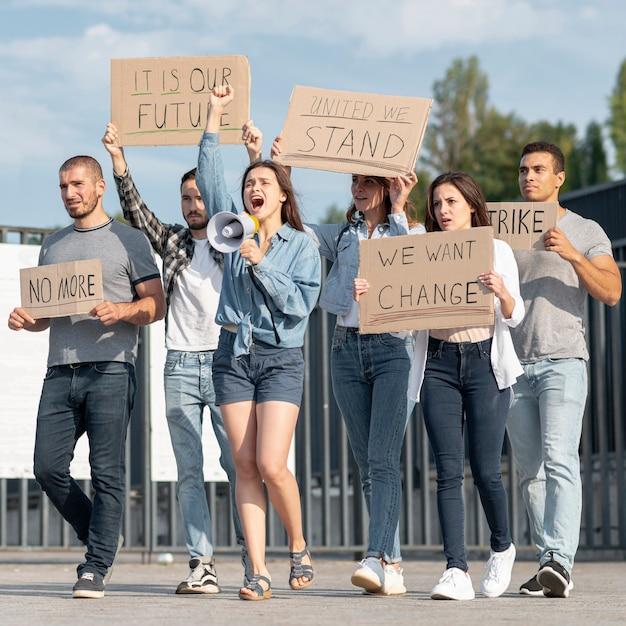 Gruppo di persone che dimostrano insieme Foto Gratuite