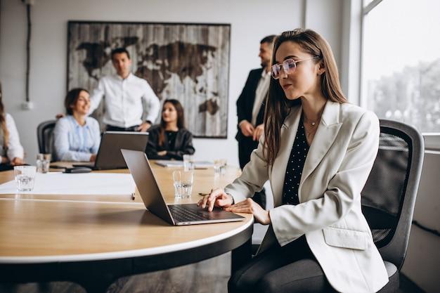 Gruppo di persone che elaborano business plan in un ufficio Foto Gratuite
