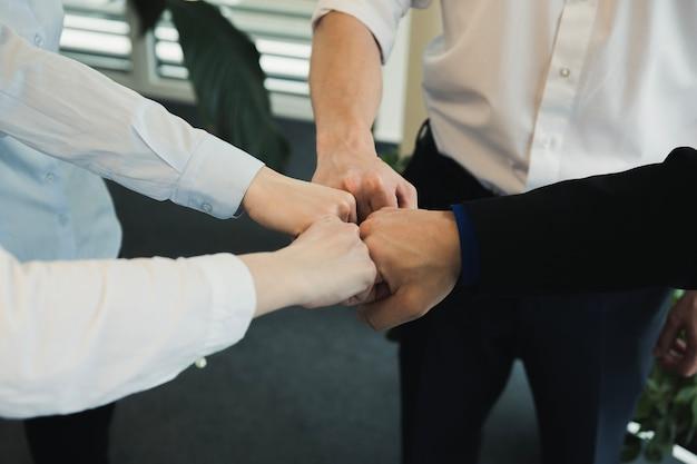 Gruppo di persone che impilano le mani Foto Gratuite