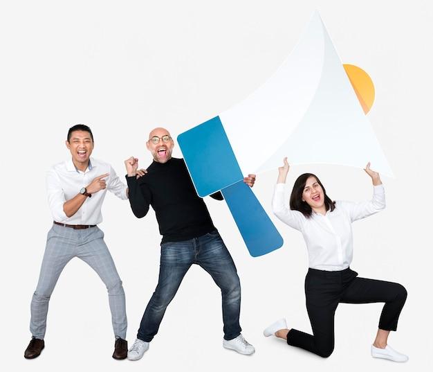 Gruppo di persone che tengono un'icona di megafono Foto Gratuite