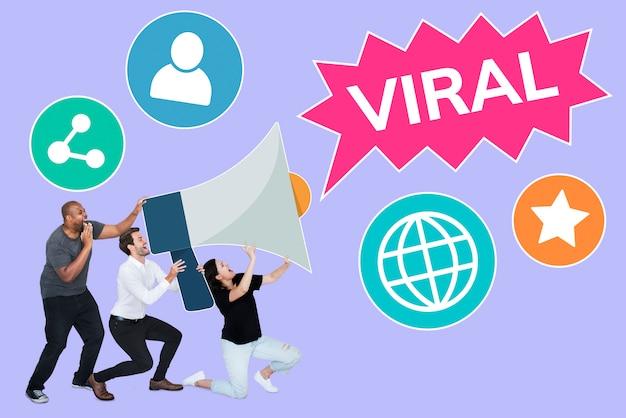 Gruppo di persone con un megafono e un testo virale Foto Gratuite